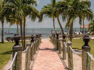 Updated Executive Bay Townhome w/Private Beach, Heated Pool, Fishing Dock, near