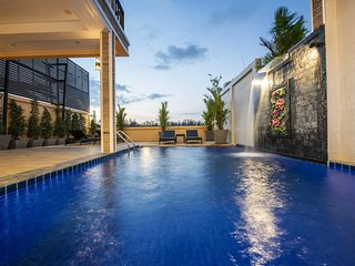 Contemporary Trendy Villa |♛ King Beds, Pool, Pkg