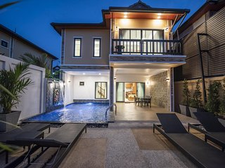 Contemporary Luxury Villa |♛ King Beds, Pool, Pkg