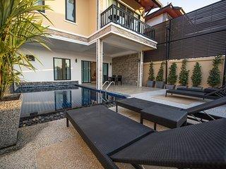 Contemporary Elegant Villa |♛King Beds, Pool, Pkg