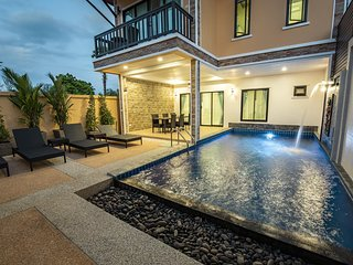 Contemporary Stylish Villa |♛ King Beds, Pool, Pkg