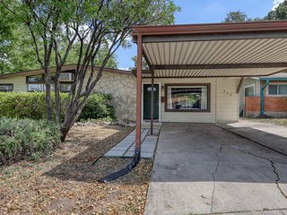 Lovely & spacious family home w/ enclosed back yard, near San Antonio Aquarium!