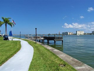 Ground Floor Condo-Walkable to Eats & Beach! Booking Summer