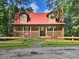 NEW-Pigeon Forge Cabin w/Hot Tub ~1 Mi to Downtown