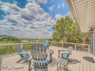 Hill Country views from deck, glass fire pit,2 miles to boat ramp #5!