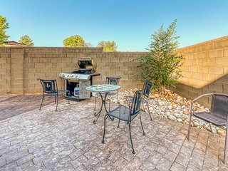 Quaint dog-friendly home w/jetted tub, private gas grill & mountain views!