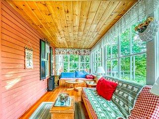 Family-friendly home w/ a full kitchen and spacious deck - near ski mountain!