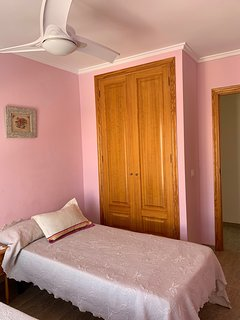 Habitación con 2 camas individuales y ventilador en el techo