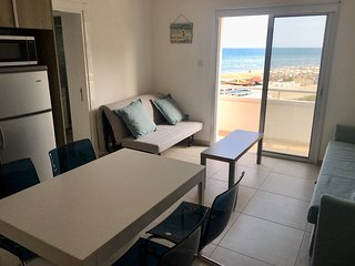 2 Balconies, 25 meters to sandy beach, newly refurbished, at McKenzie Beach!