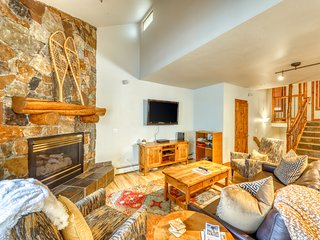 Mountain view townhome w/ ideal location, shared pool/hot tub & large deck!