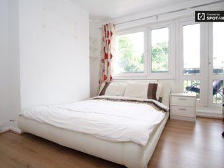 Limehouse, Massive, Bright Room + Balcony. Zone 2