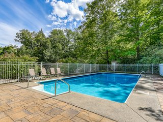 Inviting family-friendly home w/ shared swimming pool, tennis court, & gas grill