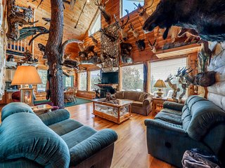 Secluded hunting lodge w/ incredible mounted collection, deck & firepit!