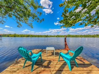 Family lakefront home w/ private dock, lake access, deck & pool table!