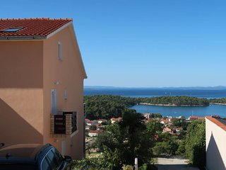 2 bedroom Apartment with Air Con, WiFi and Walk to Beach & Shops - 5641122