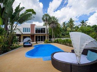 Villa Kanwara is a detached villa featuring a garden with an outdoor pool.