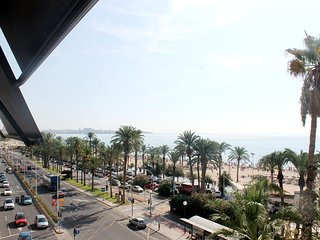 Piso en primer línea de la espléndida playa de Alicante, con vistas al mar.