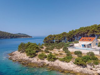 Awesome home in Mikulina Luka w/ Outdoor swimming pool, WiFi and 4 Bedrooms