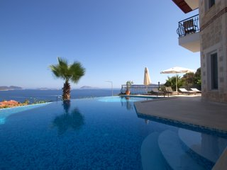 VILLA JIOK: Elegant villa with a fantastic view and swimming pool by the water