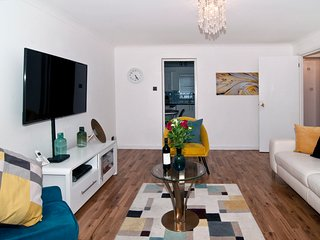 Deluxe 2 bed Suite; 4 Minutes from London Bridge!!