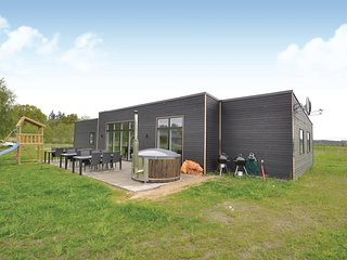 Nice home in Glesborg w/ Sauna, WiFi and 7 Bedrooms