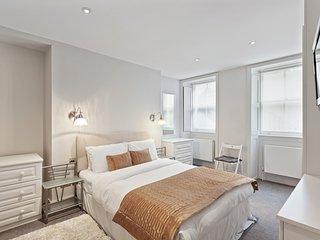 Elegant 2-Bed Apt w/Patio near Oxford Street