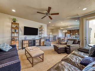 Spacious home w/shared 2-tiered pool, 20-person hot tub!