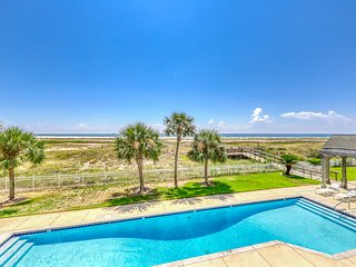 New Listing! Gulf front condo w/ free WiFi, shared pool, & beach access!