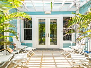 Papaya Cottage: 2-Bedroom Cottage on Oceanfront Micro-Resort 10 Minutes from