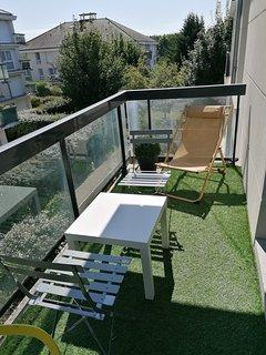 Salon spacieux decor moderne : sofa convertible 2personnes  , table basse , table manger avec rallon