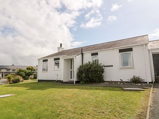 BWTHYN GWYN BACH, open-plan living area, en-suite bedroom, beach walking