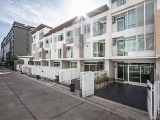 Five Bed Townhouse with Community Pool - 200 metres from the beach - Pattaya