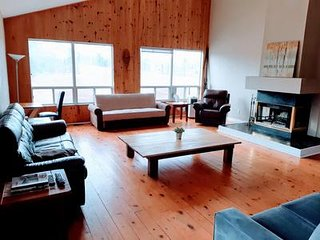 7 Bed Blue Mountain Chalet with Hot tub and Sauna