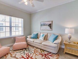 Modern, luxurious, ground floor condo near the Gulf w/ shared pools!