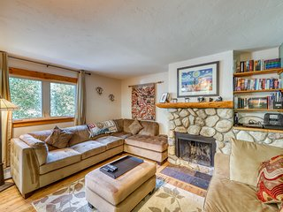 Cozy home w/ wood fireplace, near town - mountain views!