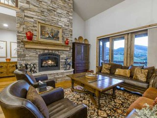 Stunning Deer Valley Escape-Private Hot Tub, 3 Minutes to DV Lift, 2 Master Suit