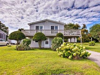 Sunny Narragansett House w/ Deck - 1.5 Mi to Beach