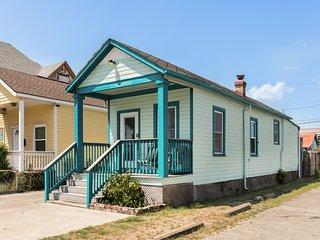 NEW LISTING! Dog-friendly cottage close to Seawall Beach and Crockett Park!