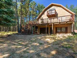 Woodsy cabin w/ huge deck and yard views - close to Monte Verde Lake!