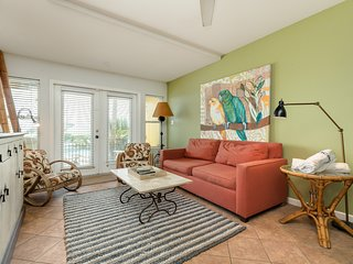 Charming, dog-friendly condo on Seawall w/ shared pool!