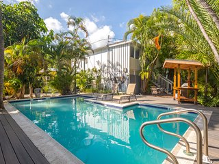 Charming tropical getaway w/ shared pool, sundeck, and bar - near Duval Street