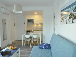 Comfortable beach apartment with charming sea view Booking Genius Logo Square