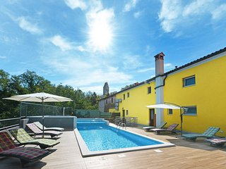 Martinski Holiday Home Sleeps 8 with Pool Air Con and Free WiFi - 5638501