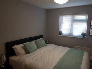 Sleeps 4, with own entrance & parking, Dagenham