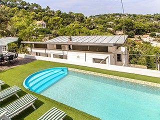 Idyllic Villa Angelica up to 10 guests! Just a short drive to Barcelona center!