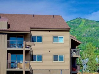 Mid Ski Season/Spring Sale! Walk to Mtn, Steps to Free Bus, Community Hot Tub/Gr