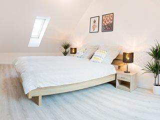 Luxeriose, neu gebaute Ferienwohnung uber 2 Etagen & Staffelberg Blick