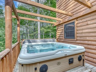 Luxury cabin w/vaulted ceilings, covered deck and private hot tub!