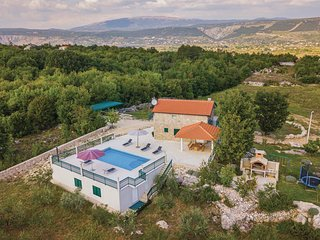 Beautiful home in Grubine w/ WiFi and 3 Bedrooms (CDT881)
