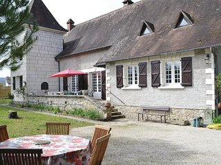 Nice home in Brive w/ WiFi, 6 Bedrooms and Outdoor swimming pool